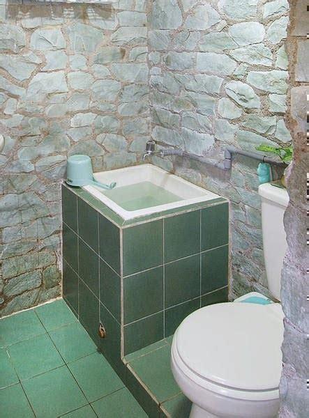 contoh desain kamar mandi minimalis aksen batu alam